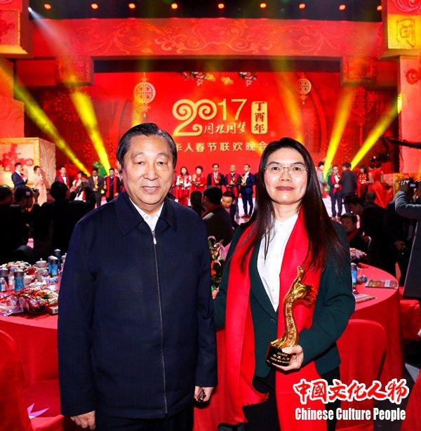 """周凡荣获""""2016华人楷模年度人物"""""""